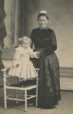 Marie-Anne Colin, veuve Curunet, avec son fils (coll. Y. Le Grand)