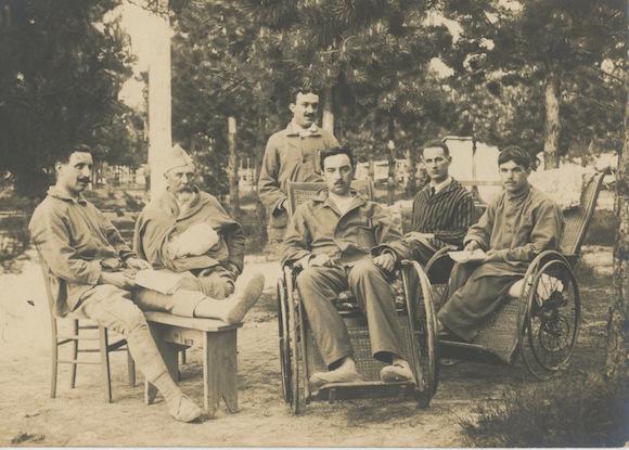 F. Trellu, à droite sur le fauteuil roulant, en convalescence. Coll. personnelle