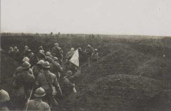 Somme. Un coin du champ de bataille : groupe de signaleurs - BDIC - VAL 459/120